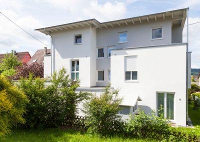 Mehrfamilienhaus in der Hindenburgstraße in Spaichingen, Blick von hinten im Gartenbereich.
